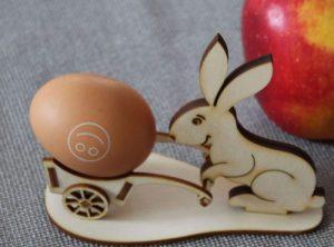 Osterhase mit Eierhalter, Lasergeschnittten